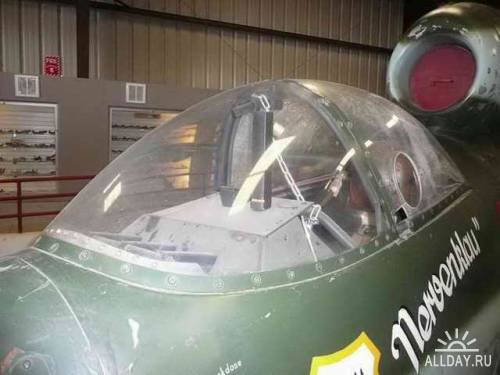 Немецкий истребитель Heinkel He-162-1a Volksjager