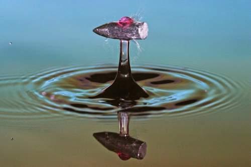 Высокоскоростное фото летящей пули через каплю воды